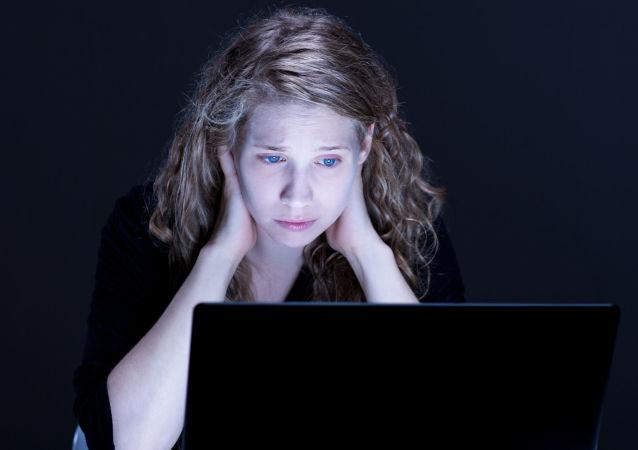 Smutna dziewczyna z laptopem