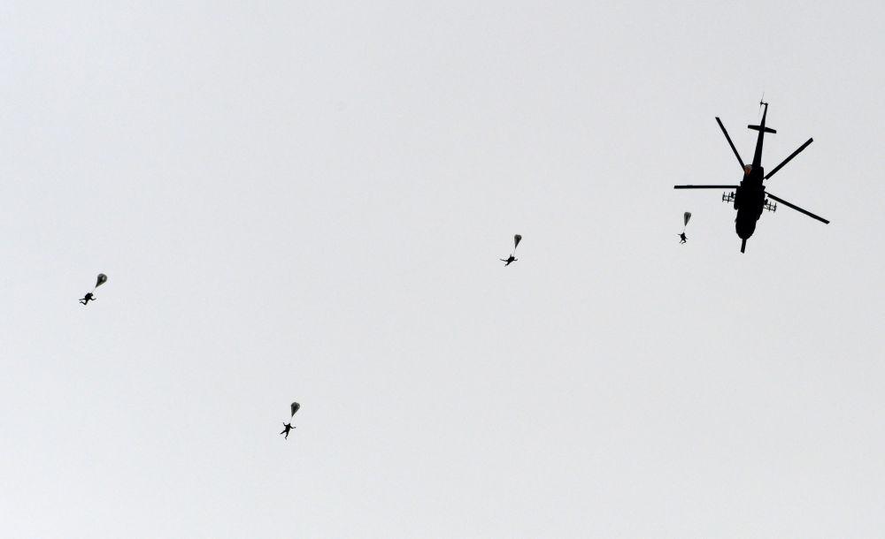 Desantowanie ze śmigłowca Mi-8 podczas ćwiczeń pokazowych w Kubince.