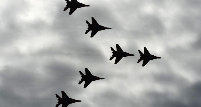 """Wielozadaniowe myśliwce MiG-29 zespołu akrobacyjnego """"Jerzyki""""."""