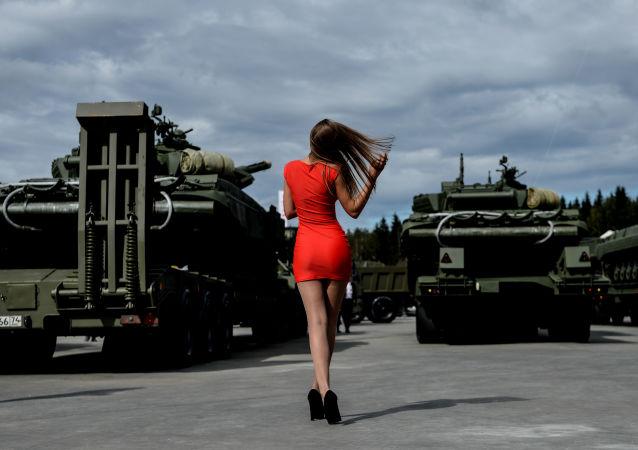 Zwiedzająca na Międzynarodowym Forum Wojskowo-Technicznym ARMIA-2016