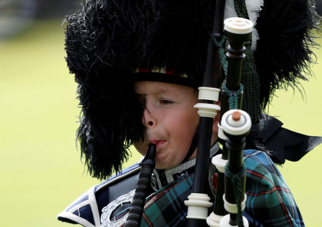 Chłopiec gra na dudach w Szkocji