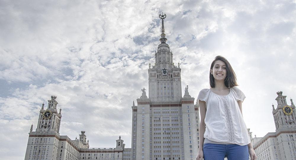 Sandra przy Gmachu Głównym Uniwersytetu Moskiewskiego.