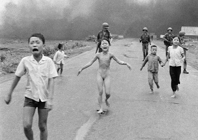 """""""Napalmowa dziewczynka"""" to kultowe zdjęcie Nicka Uta, fotoreportera Associated Press, za które w 1973 roku otrzymał on Pulitzera. W 1972 roku lotnictwo południowokoreańskie przez pomyłkę zrzuciło napalm na ludność cywilną. Bohaterka zdjęcia, Kim Phúc, została poważnie poparzona. Później stała się symbolem okrucieństwa wojny w Wietnamie"""