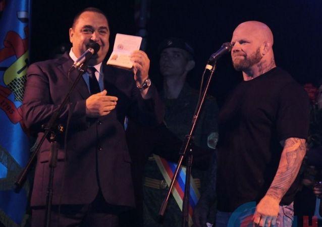 Szef ŁRL Igor Płotnicki wręcza paszport ŁRL Jeffowi Monsonowi