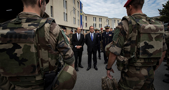 Prezydent Francji Francois Hollande i minister obrony Jean-Yves Le Drian dokonują przeglądu wojsk