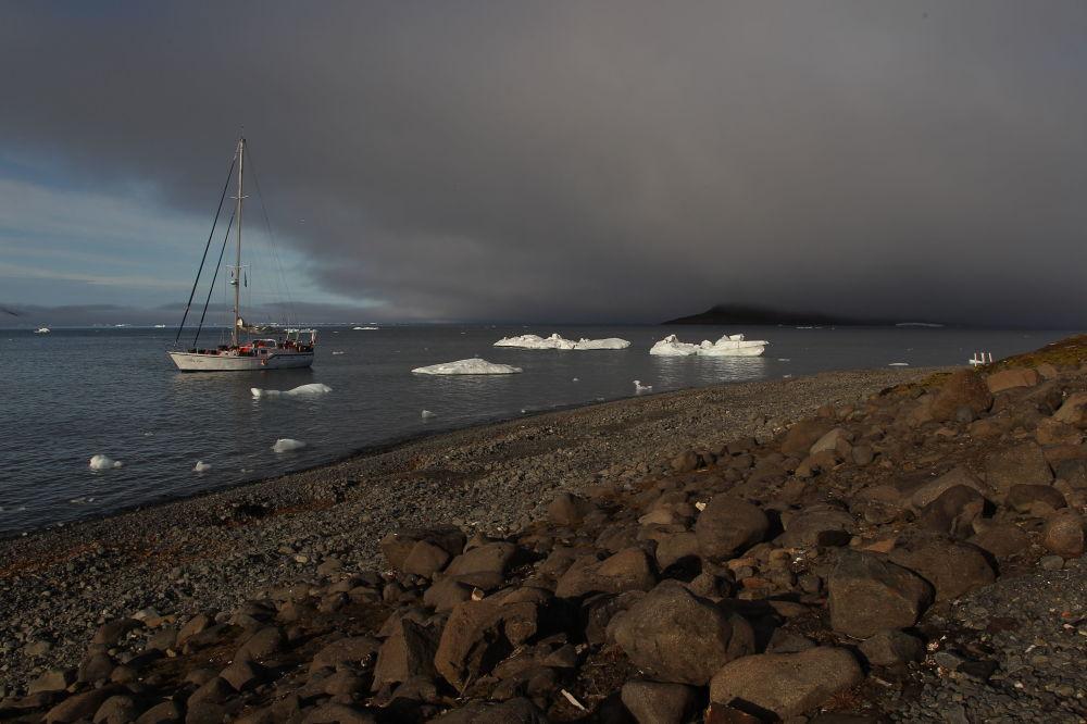 Jach Alter Ego  w Zatoce Cichej przy wyspie Hoockera w archipelagu Ziemia Franciszka Józefa.