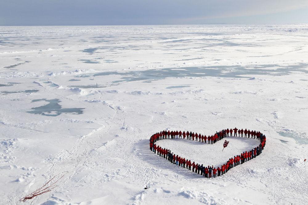 Turyści na geograficznym biegunie północnym.
