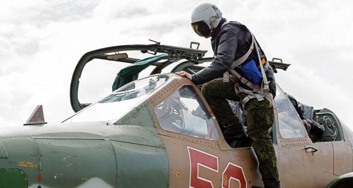 Pilot wsiada do samolotu szturmowego Su-25 rosyjskich Sił Powietrzno-Kosmicznych