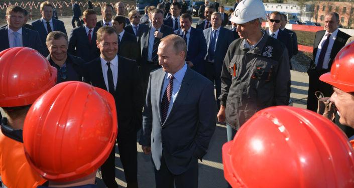 Prezydent Rosji Władimir Putin i premier Rosji Dmitrij Miedwiediew rozmawiają z pracownikami podczas inspekcji budowy przejścia transportowego przez Cieśninę Kerczeńską