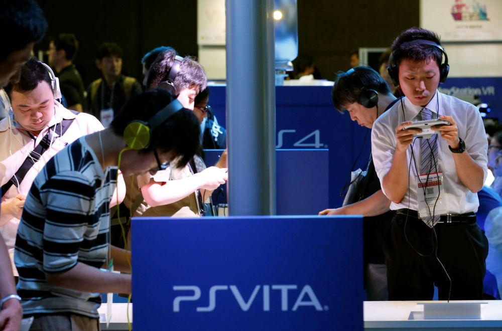 Odwiedzający targi grają w PlayStation Vita podczas Tokyo Game Show 2016