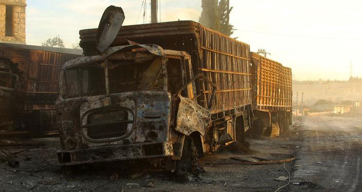 Zniszczona w nalocie ciężarówka z pomocą humanitarną w rejonie miasta Orme al-Kubra w zachodnich przedmieściach Aleppo