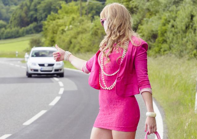 Dziewczyna w różu na ulicy