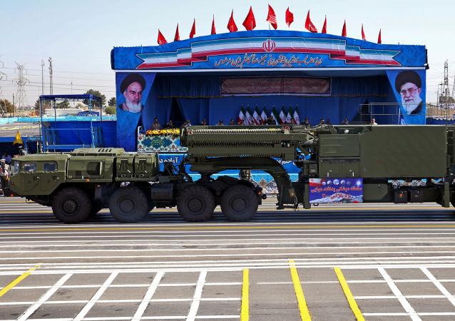 Rakietowy system przeciwlotniczy S-300 na paradzie wojskowej w Teheranie