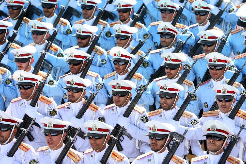 Irańscy żołnierze podczas parady wojskowej w Teheranie, upamiętniającej 36 rocznicę rozpoczęcia wojny irańsko-irackiej