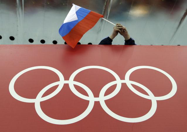Rosyjska flaga nad olimpijskim symbolem na Olimpiadzie w Soczi