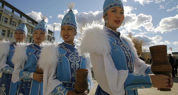 Dziewczyny w tradycyjnych jakuckich strojach