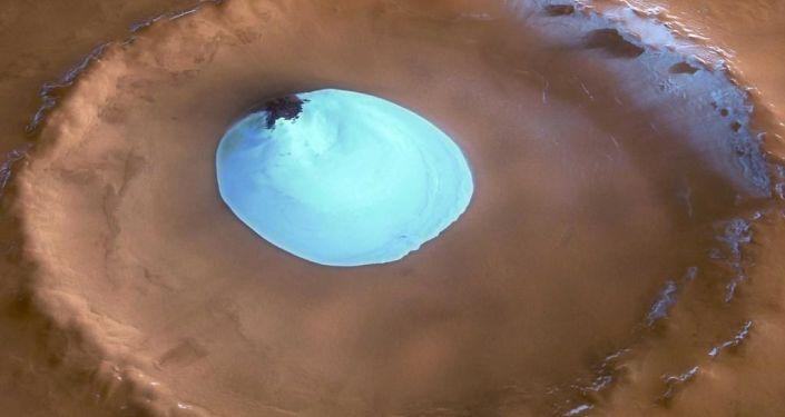 Zamarznięta woda w jednym z kraterów na Marsie
