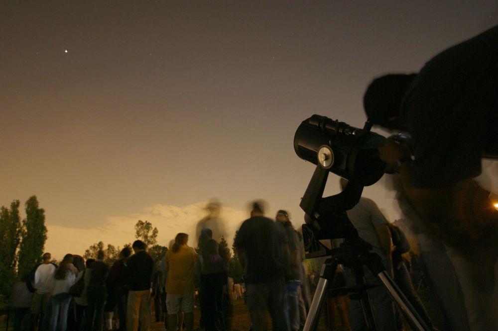 Odwiedzający muzeum Autry Museum of the American West w Los Angeles  oglądają Marsa przez teleskopy