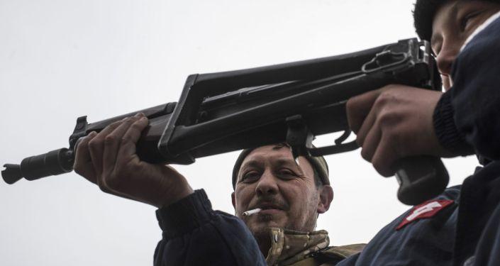Chłopiec z karabinem maszynowym, wschodnia Ukraina