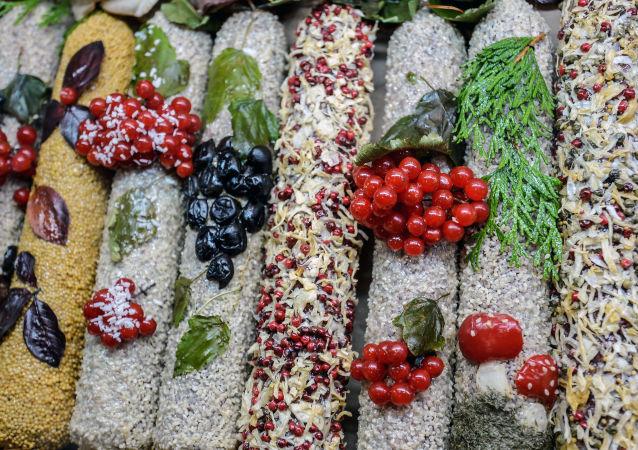 """Kiełbasy na jednym ze stoisk na 18. Rosyjskiej Wystawie Rolno-Przemysłowej """"Złota Jesień"""" na terytorium WDNH."""
