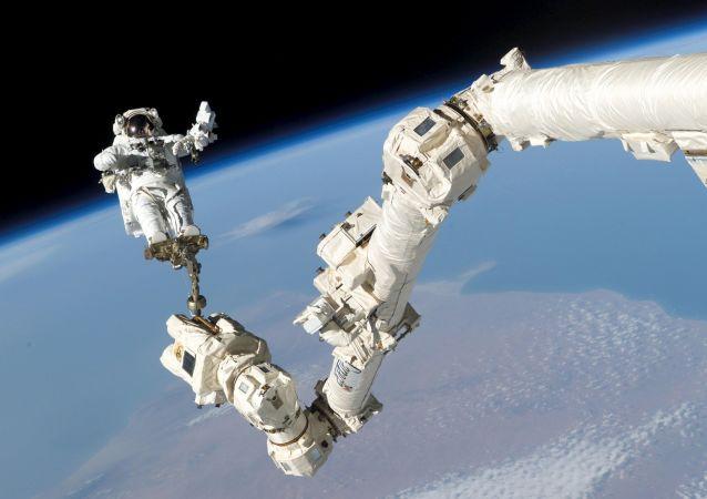 Astronauta Stephen K. Robinson w otwartej przestrzeni kosmicznej