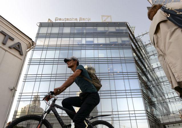 Ludzie naprzeciwko budynku kwatery głównej Deutsche Banku w Moskwie
