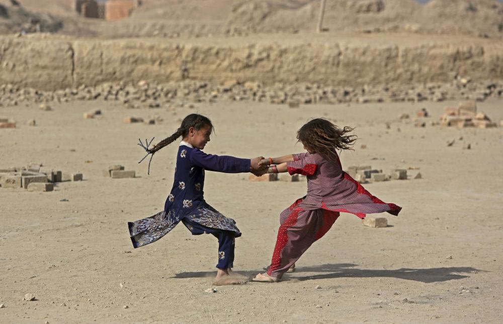 Afgańskie dziewczęta bawią się na ulicy w Kabulu, Afganistan