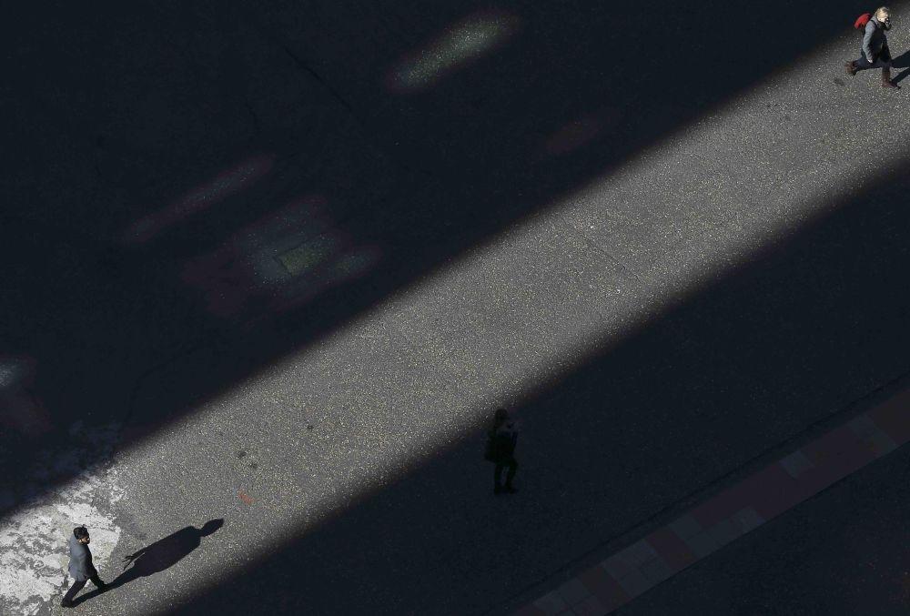 Śpieszący się ludzie na jednej z londyńskich ulic