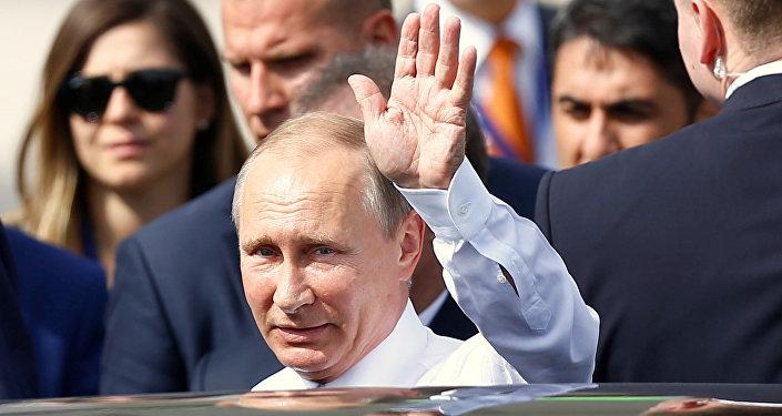 Rosyjski prezydent Władimir Putin na lotnisku w Stambule. 10 października 2016 roku