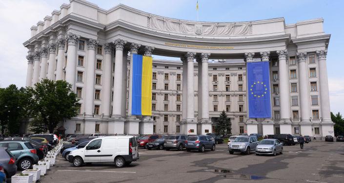 Budynek Ministerstwa Spraw Zagranicznych Ukrainy z narodową flagą Ukrainy i flagą UE na elewacji
