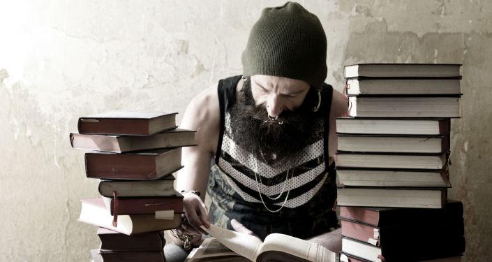 Mężczyzna czytający książki