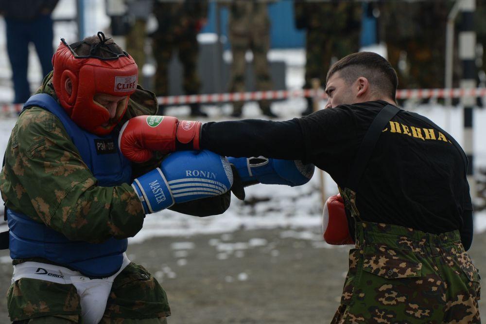 Testy kończą cztery rundy walki wręcz. Pojedynek prowadzony jest w ciągu 12 minut bez przerwy ze zmianą trzech partnerów, z których jeden jest takim samym pretendentem, a pozostali to żołnierze specnazu.