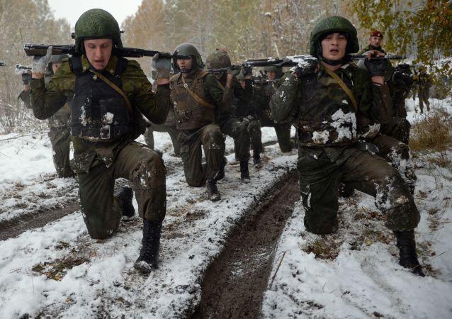 """Marsz na testach kwalifikacyjnych na prawo noszenia czerwonego i zielonego beretu na bazie centrum szkoleniowego """"Gornyj"""" w obwodzie nowosyberyjskim."""