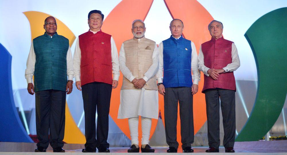 Wspólne pozowanie. Liderzy krajów BRICS w strojach narodowych.