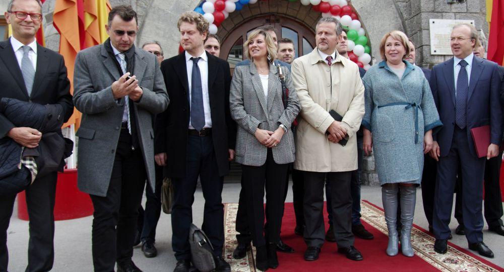 Włoska delegacja i zarząd spółki Massandra w Jałcie