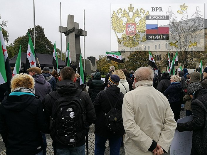 """Całe wydarzenie rozpoczęło się o godzinie 12:00 na placu Mickiewicza w centrum Poznania. Organizatorzy protestu, działacze """"Zmiany"""" i """"Braterstwa Polsko-Rosyjskiego"""", próbowali uzyskać od uczestników mitingu informację dotyczącą ich działań."""