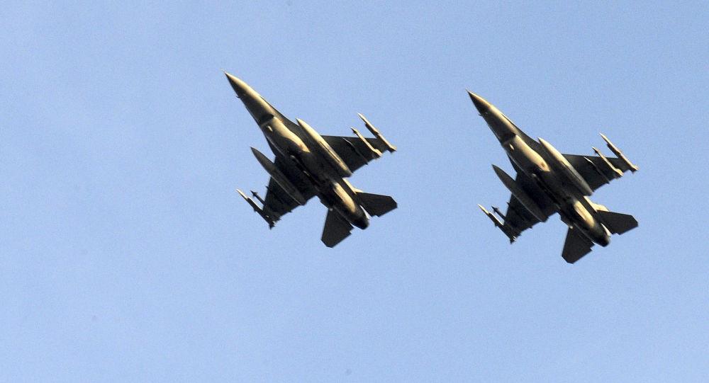 Dwa myśliwce belgijskich Sił Powietrznych podczas lotu