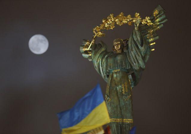 Księżyc na niebie nad Pomnikiem Niepodległości Ukrainy w Kijowie