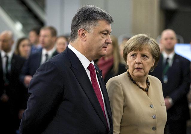Prezydent Ukrainy Piotr Poroszenko i kanclerz Niemiec Angela Merkel podczas spotkania w Rydze, 22 maja 2015