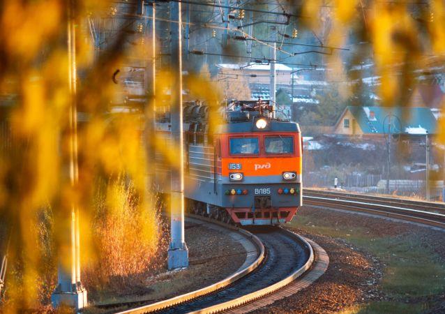 Lokomotywa jedzie po Kolei Wschodniosyberyjskiej w rejonie stacji Bolszoj Ług w obwodzie irkuckim.