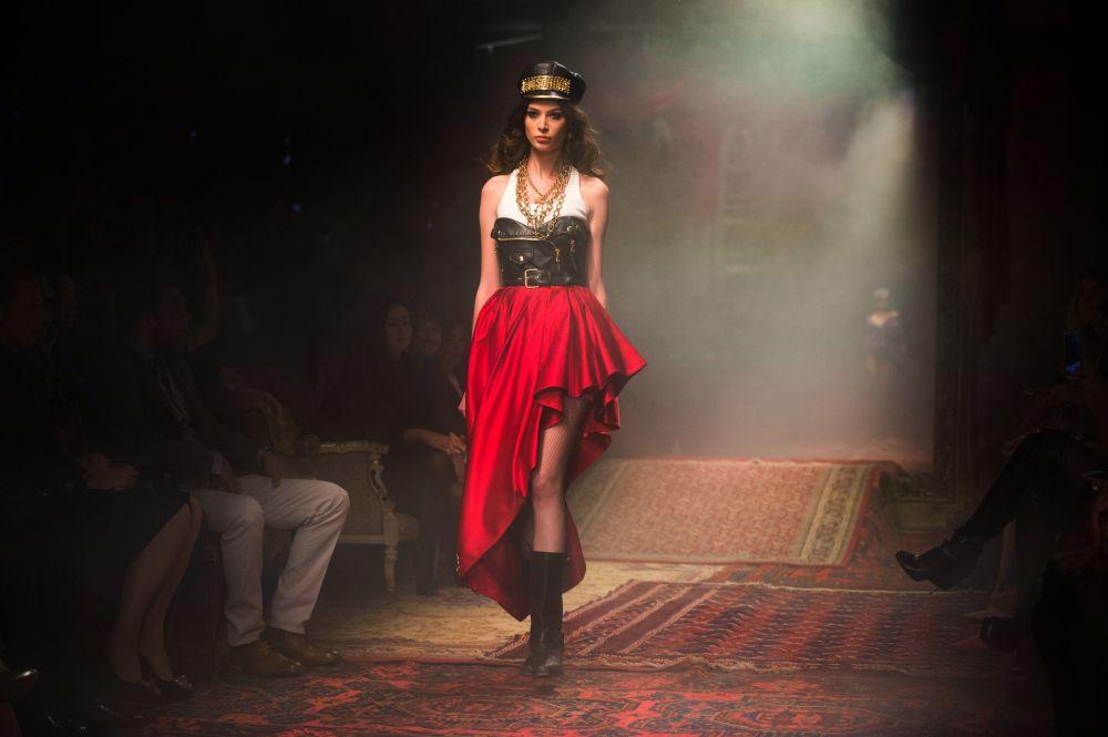 Modelka pokazuje odzież z kolekcji Moschino jesień-zima 2016-17 w Muzeum Moskwy