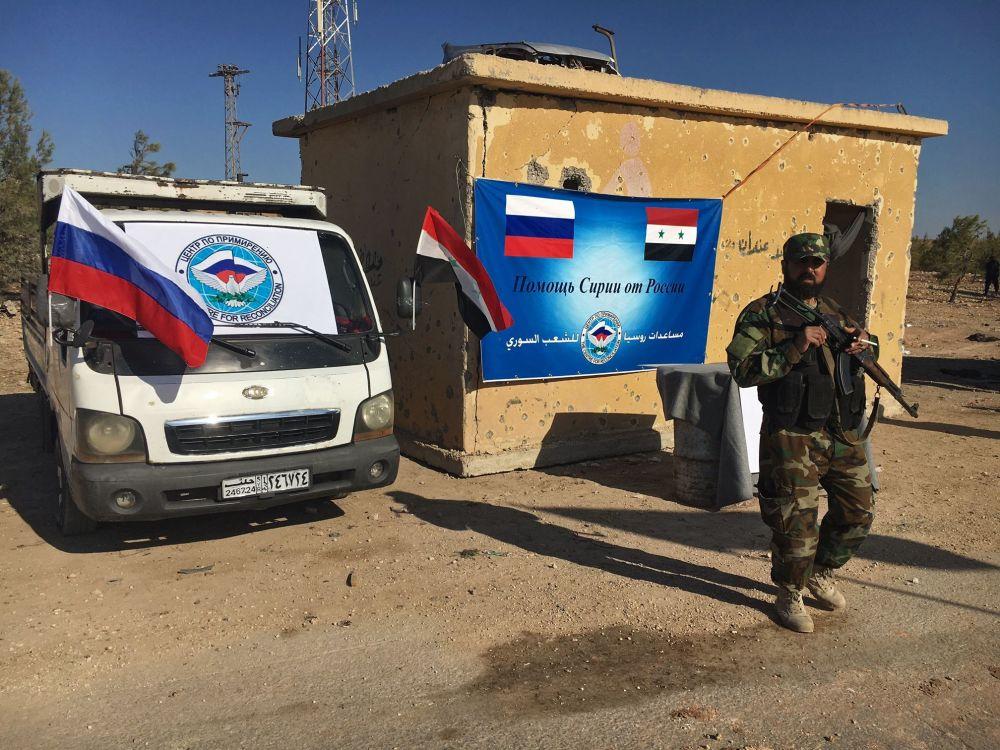 Pracownik organów porządkowych koło trasy Castello na północy Aleppo w Syrii