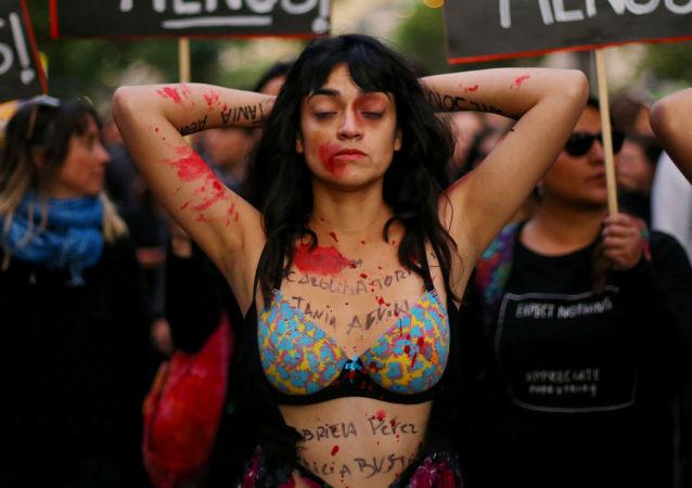 Dziewczyna w farbie w czasie masowych protestów przeciwko nierówności płci w Santiago