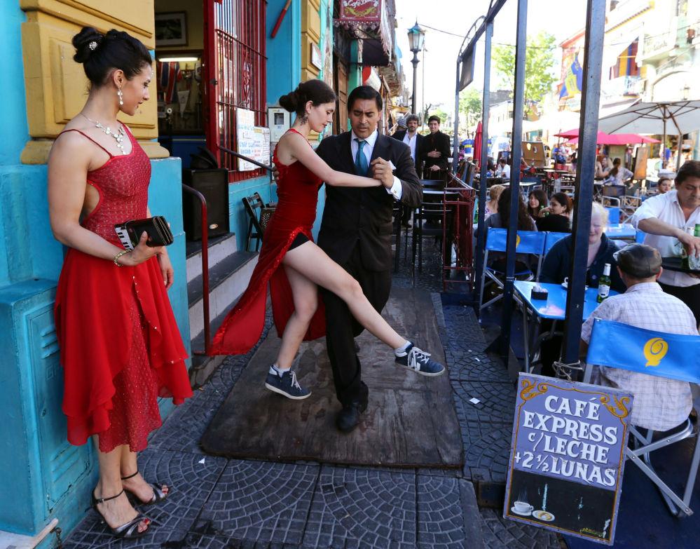 Para tańczy tango dla turystów na jednej z ulic Buenos-Aires, Argentyna