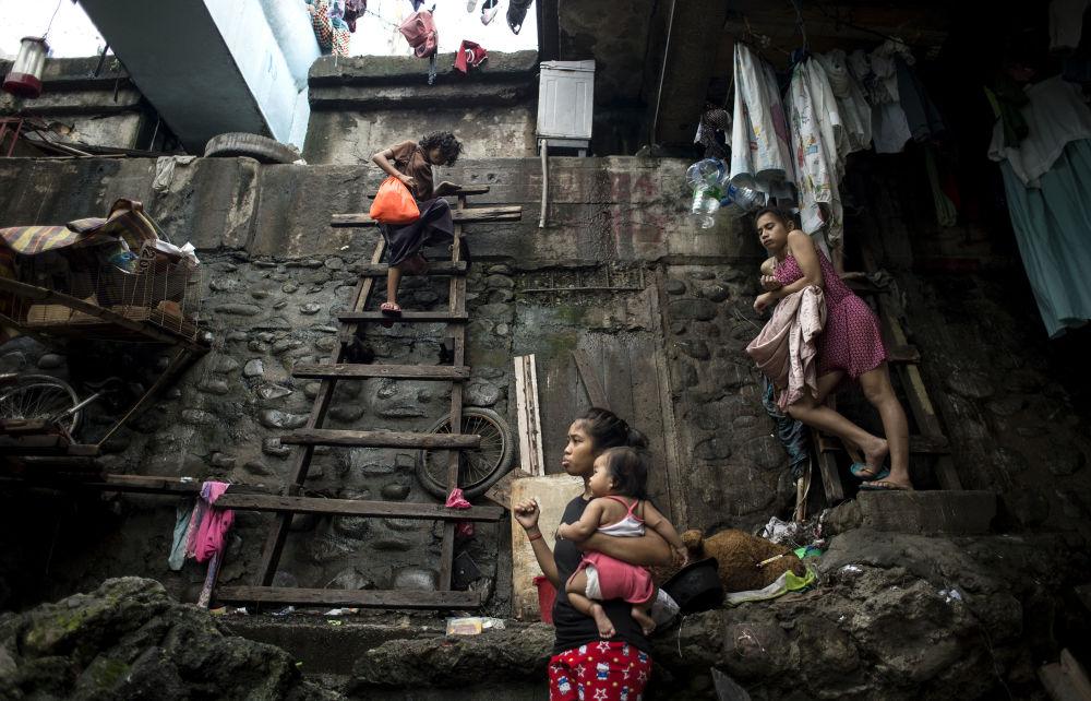 Kobieta wchodzi po  schodach, aby ukryć się przed tajfunem