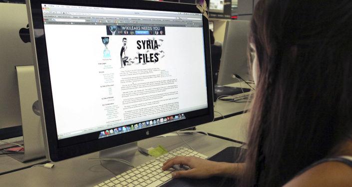 Internautka czyta WikiLeaks