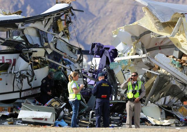 Śledczy na miejscu wypadku autobusowego w Kalifornii