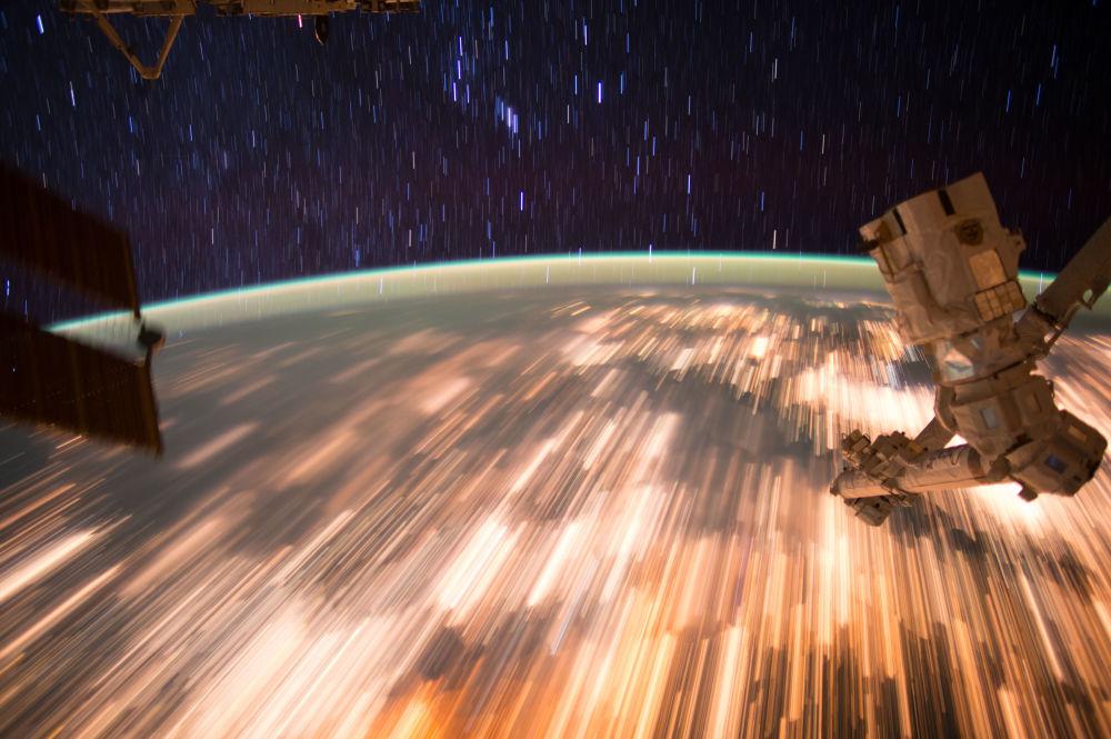 Zdjęcie Ziemi zrobione z Międzynarodowej Stacji Kosmicznej przy długo otwartej migawce.