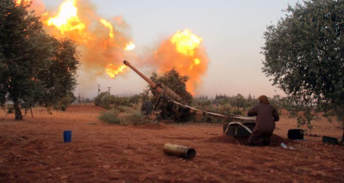 Bojownik syryjskiej opozycji prowadzi ostrzał w południowej części Aleppo