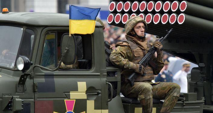 """Wieloprowadnicowa wyrzutnia rakietowa BM-21 """"Grad"""" podczas parady wojskowej w Kijowie"""